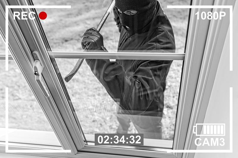 Video de vigilancia de un ladrón irrumpiendo